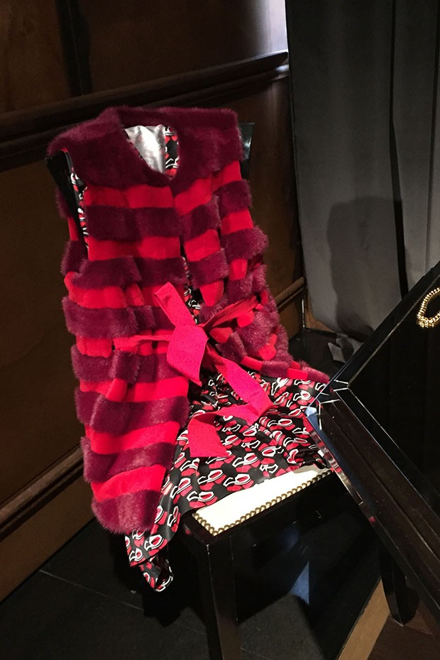 A fur and cashmere gilet from Kiton's A/W 2016-17 collection (Foto: @SuzyMenkesVogue)