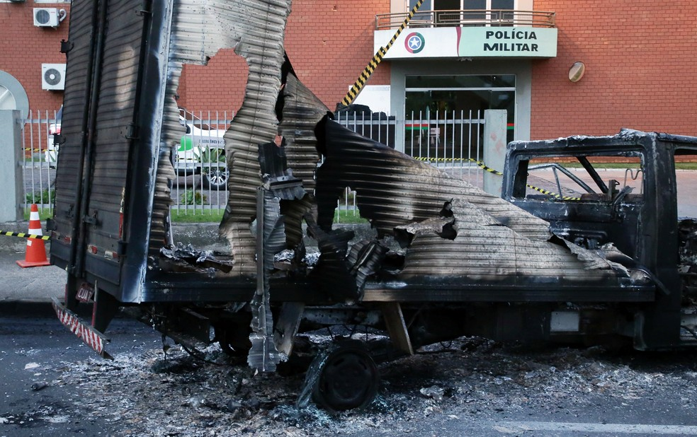 Destroços de caminhão queimado em frente a batalhão de polícia após assalto a banco em Criciúma, nesta terça-feira (1º). — Foto: REUTERS/Guilherme Ferreira