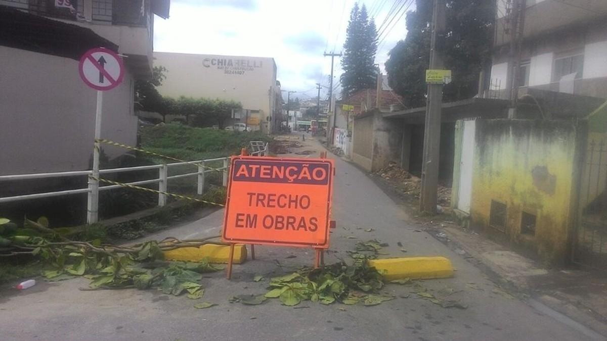 Trecho de rua desaba após chuva forte e trânsito fica interditado em Itaperuna, no RJ