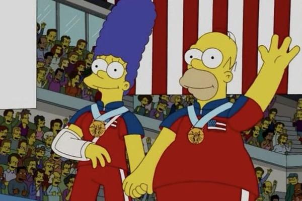 Homer e Marge Simpson com a medalha de ouro do curling nas Olimpíadas em cena de um episódio de 2010 da série (Foto: Reprodução)