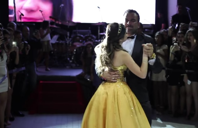 Ela dançou a valsa com seu pai (Foto: Reprodução / YouTube)