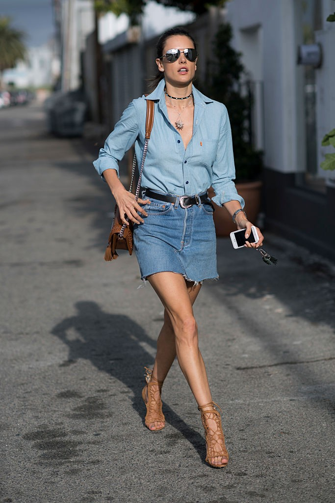 LOS ANGELES, CA - JUNE 13:  Alessandra Ambrosio is wearing  a Redone denim skirt, Levi's shirt, TOD'S bag, Schutz heels, Rolex watch seen in the streets of Los Angeles on June 13, 2016 in Los Angeles, California.  (Photo by Timur Emek/Getty Images) (Foto: Getty Images)