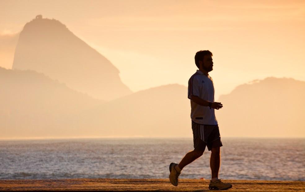Home caminha na orla: brasileiro segue dando desculpas para não fazer exercícios (Foto: Getty Images)