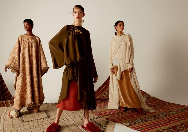 A partir da esquerda, blusa (R$ 759) e maxicardigã (R$ 998), ambos UMA, usados sobre vestido Handred (R$ 1.850) e botas Luz da Lua (R$ 599); vestido verde (R$ 3.597) usado sobre vestido laranja (R$ 3.597), brincos, colar, cinto e mules (R$ 1.297), tudo Os (Foto: Mariana Marão)