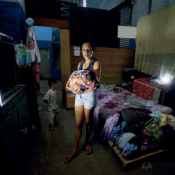 PRESA Jessica com os filhos, na ocupação onde vive. Como ela, mais de 600 mulheres grávidas e lactantes com bebês estão detidas no Brasil, a maioria por tráfico (Foto: Marcos Alves/Agência O Globo)