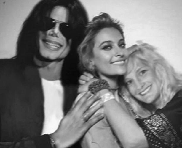 A montagem na qual Paris Jackson aparece abraçada pelos pais, o músico Michael Jackson (1958-2009) e a enfermeira Debbie Rowe (Foto: Twitter)