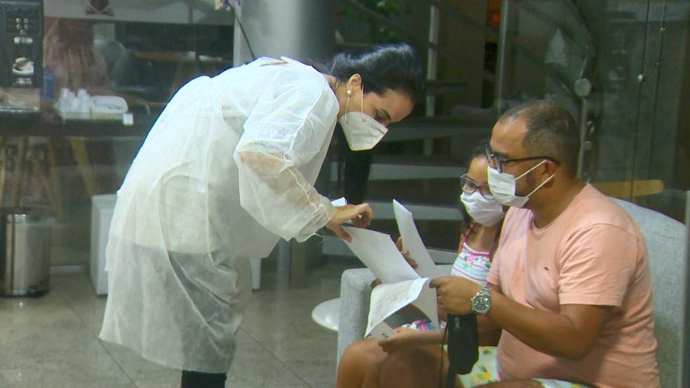O empresário Philipe Barbosa e a filha Giovana foram liberados para deixar o isolamento — Foto: Reprodução/TV Gazeta