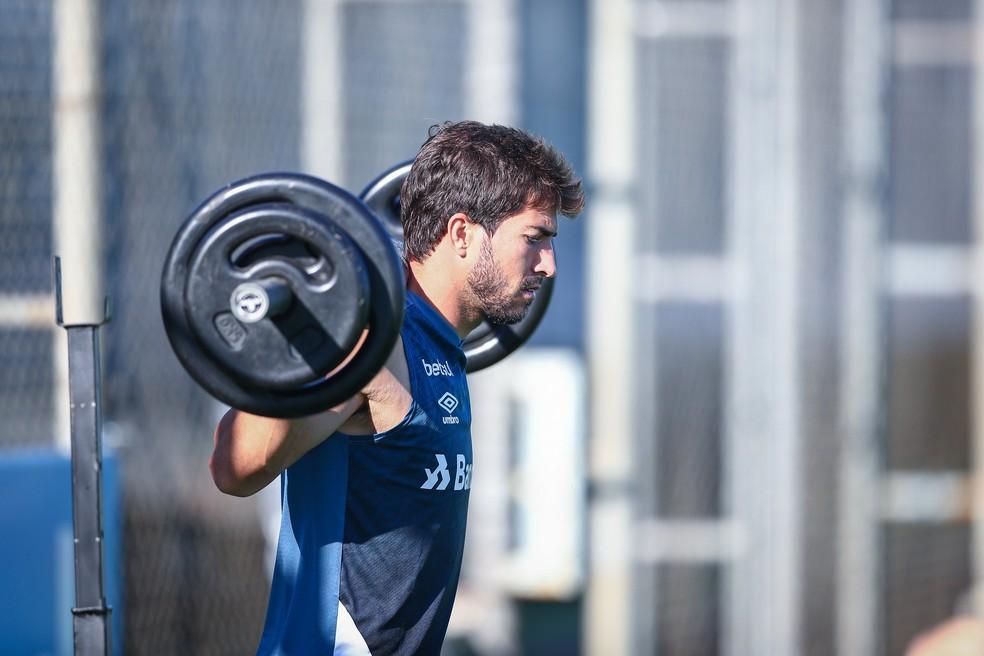 Lucas Silva passa por treinos de musculação no Grêmio — Foto: Lucas Uebel/Grêmio GFPA