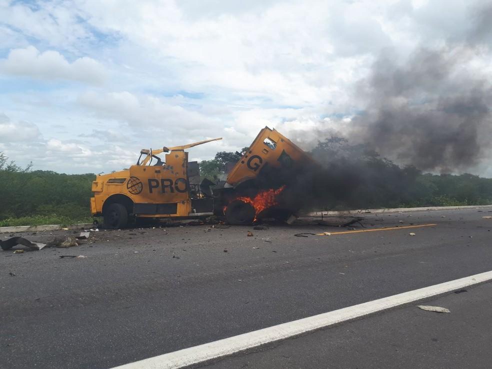 Carro-forte foi explodido durante assalto na BR-304 em Assú, na região Oeste potiguar (Foto: Sara Cardoso/Inter TV Costa Branca)