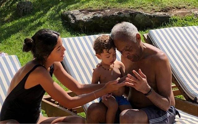 """Bela Gil com o filho Nino no colo do avô, Gilberto Gil: """"aprendendo a contar com o vovô!"""" (Foto: Reprodução / Instagram)"""