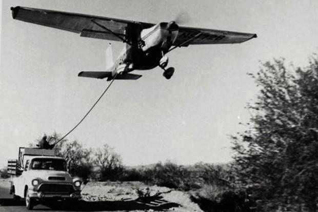 O reabastecimento era feito com o avião voando lento e baixo (Foto: Reprodução)