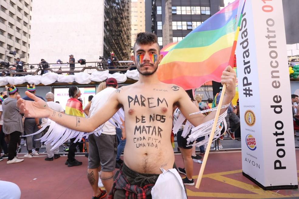 Público carrega faixas e frases pintadas ao corpo — Foto: Celso Tavares/G1