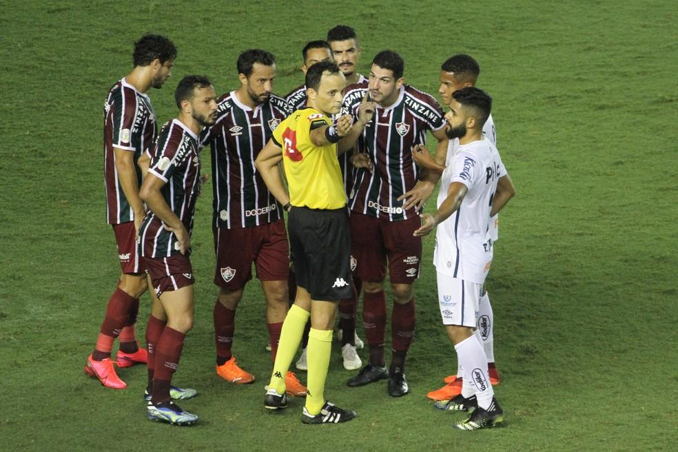 Jogadores do Fluminense reclamam de árbitro Sávio Pereira de Sampaio por expulsão de Nino — Foto: Agência Estado