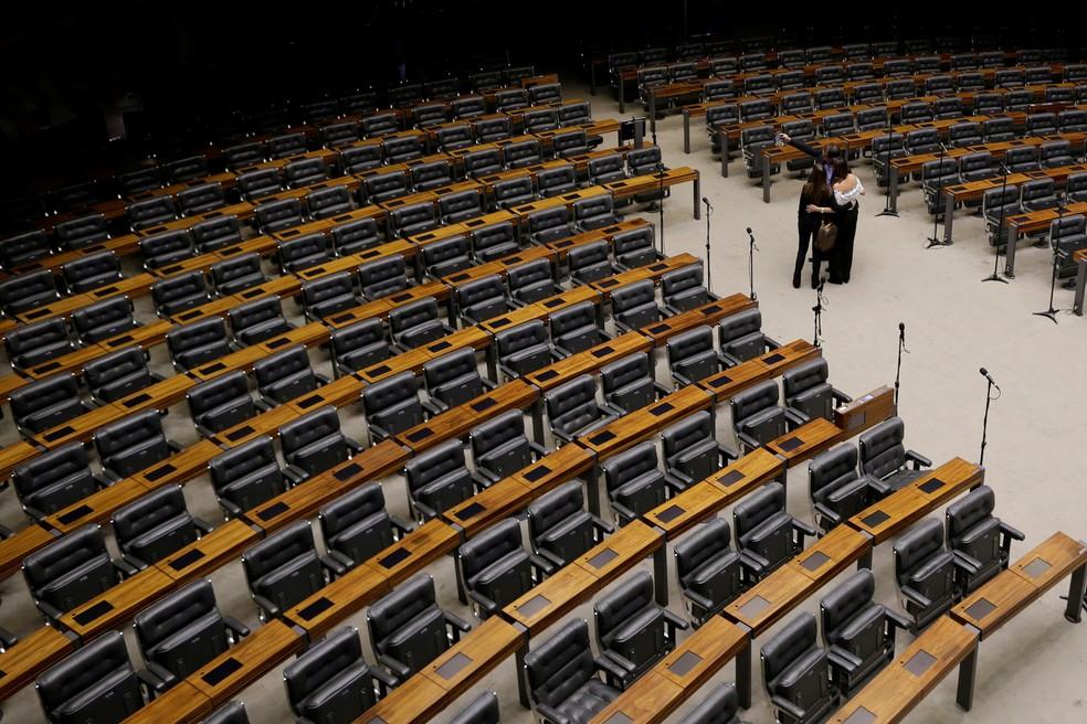 Pessoas tiram uma selfie no plenário vazio da Câmara dos Deputados, em Brasília, nesta quarta-feira (12) (Foto: Ueslei Marcelino/Reuters)