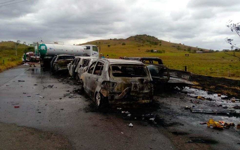 Carro-pipa foi acionado para ajudar no combate as chamas na região de Itororó — Foto: Divulgação/PRE