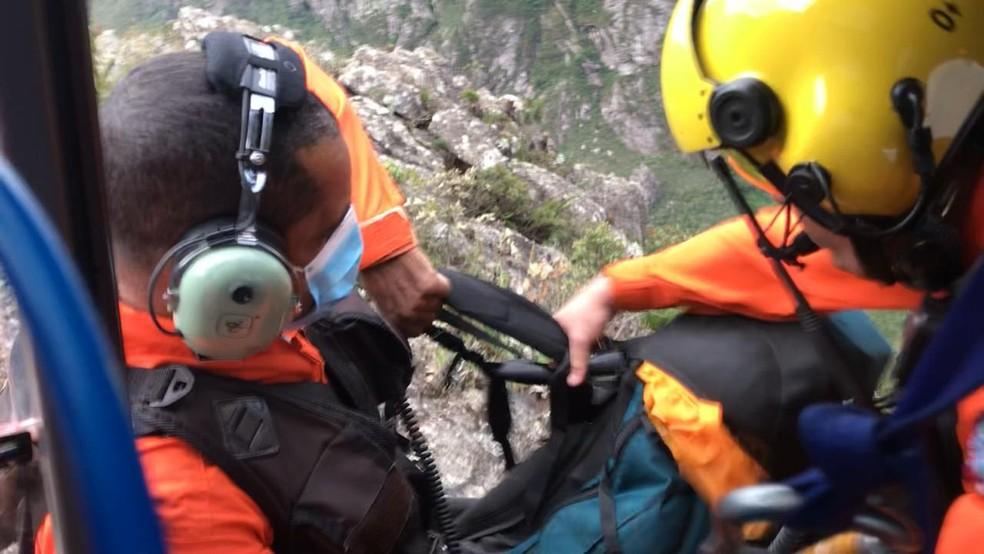 Bombeiros fazendo o resgate do homem — Foto: Corpo de Bombeiros/Divulgação
