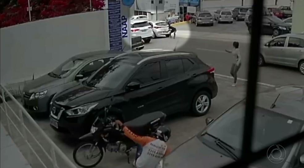 Câmeras registraram tentativa de resgate de preso em clínica de Campina Grande; vigilante foi baleado e morreu (Foto: Reprodução/TV Paraíba)