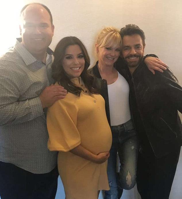 A atriz Eva Longoria chamando atenção para sua barriga de grávida com colega de produção, incluindo a atriz Anna Faris (Foto: Instagram)