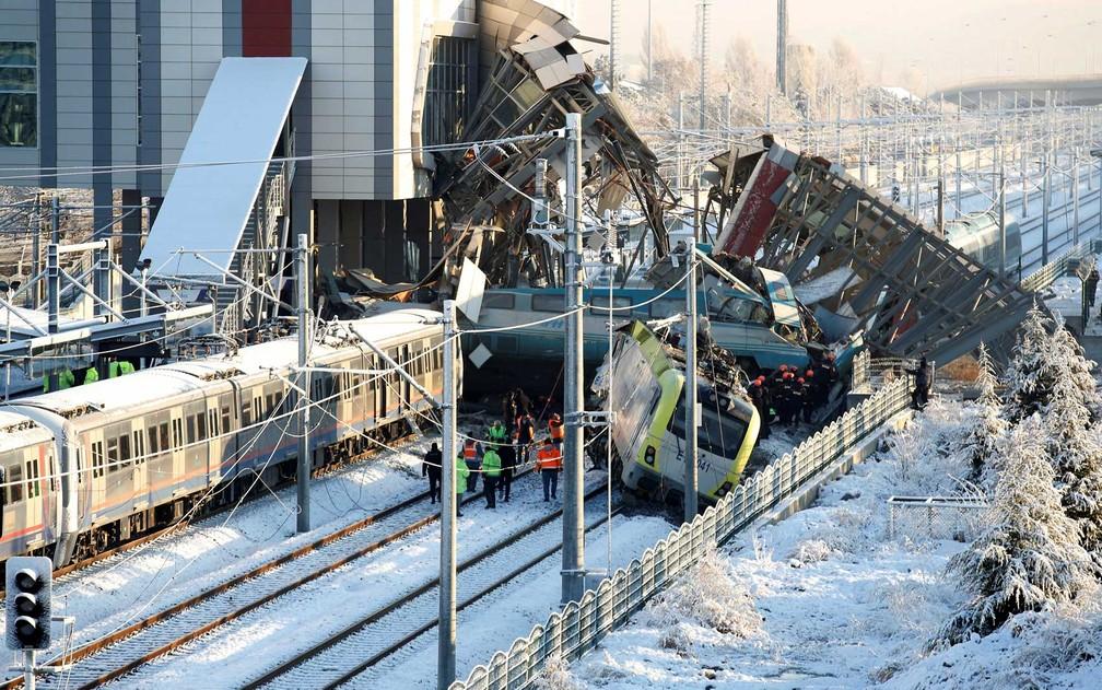 Equipes de resgate trabalham nos destroços após acidente de trem de alta velocidade em Ancara  (Crédito: Tumay Berkin / Reuters)