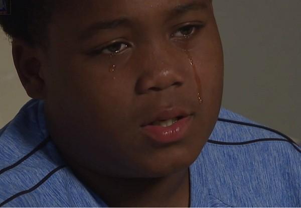 Menino negro chora em vídeo (Foto: Reprodução/Youtube)