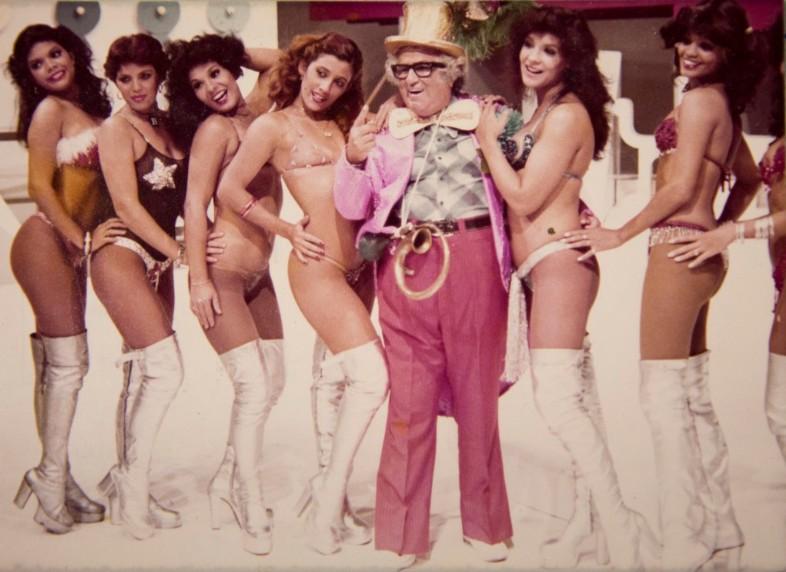 Rita ao lado (direito) de Chacrinha com outras chacretes, em 1978