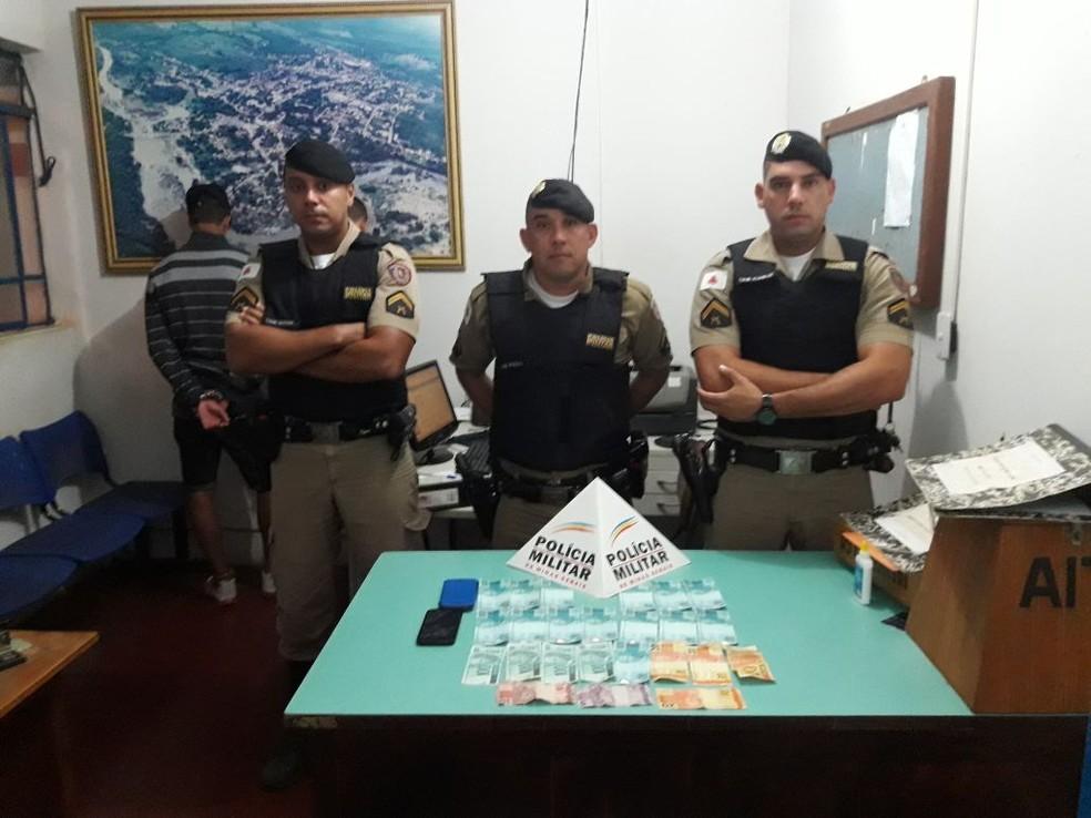 Notas falsas foram encontradas nos bolsos dos homens em Jequitaí  (Foto: Polícia Militar/Divulgação )