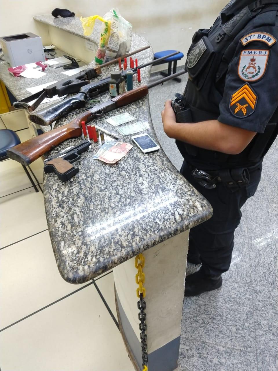 Suspeitos são presos com armas, munições e drogas em Quatis - Notícias - Plantão Diário
