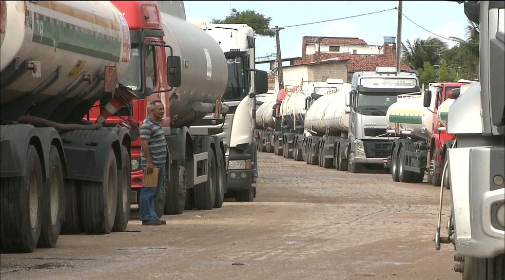 Em Cabedelo, os caminhões que abastecem os postos de gasolina estão parados desde segunda-feira (21) (Foto: Reprodução/TV Cabo Branco)