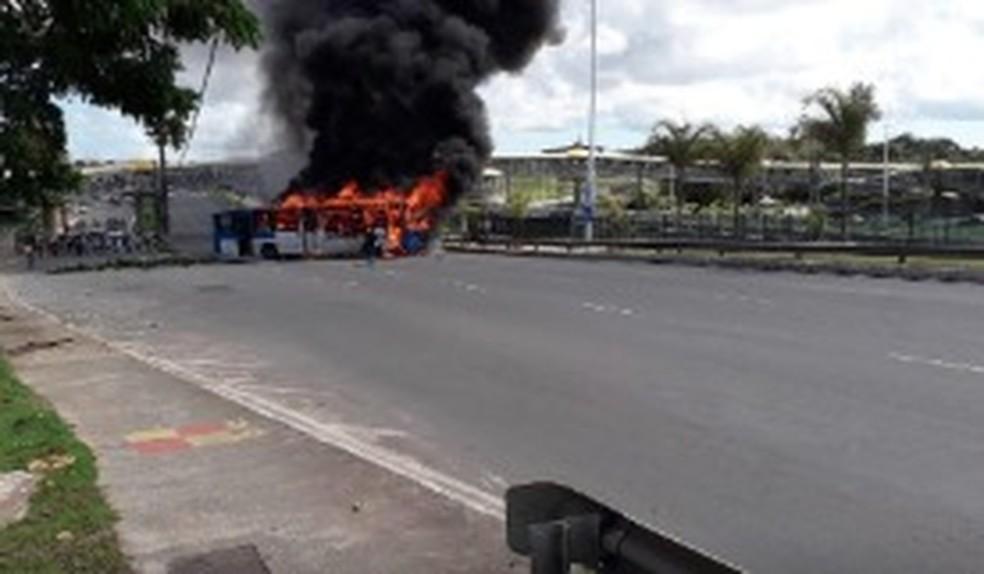 Ônibus pega fogo na Avenida Paralela, em Salvador — Foto: Transalvador