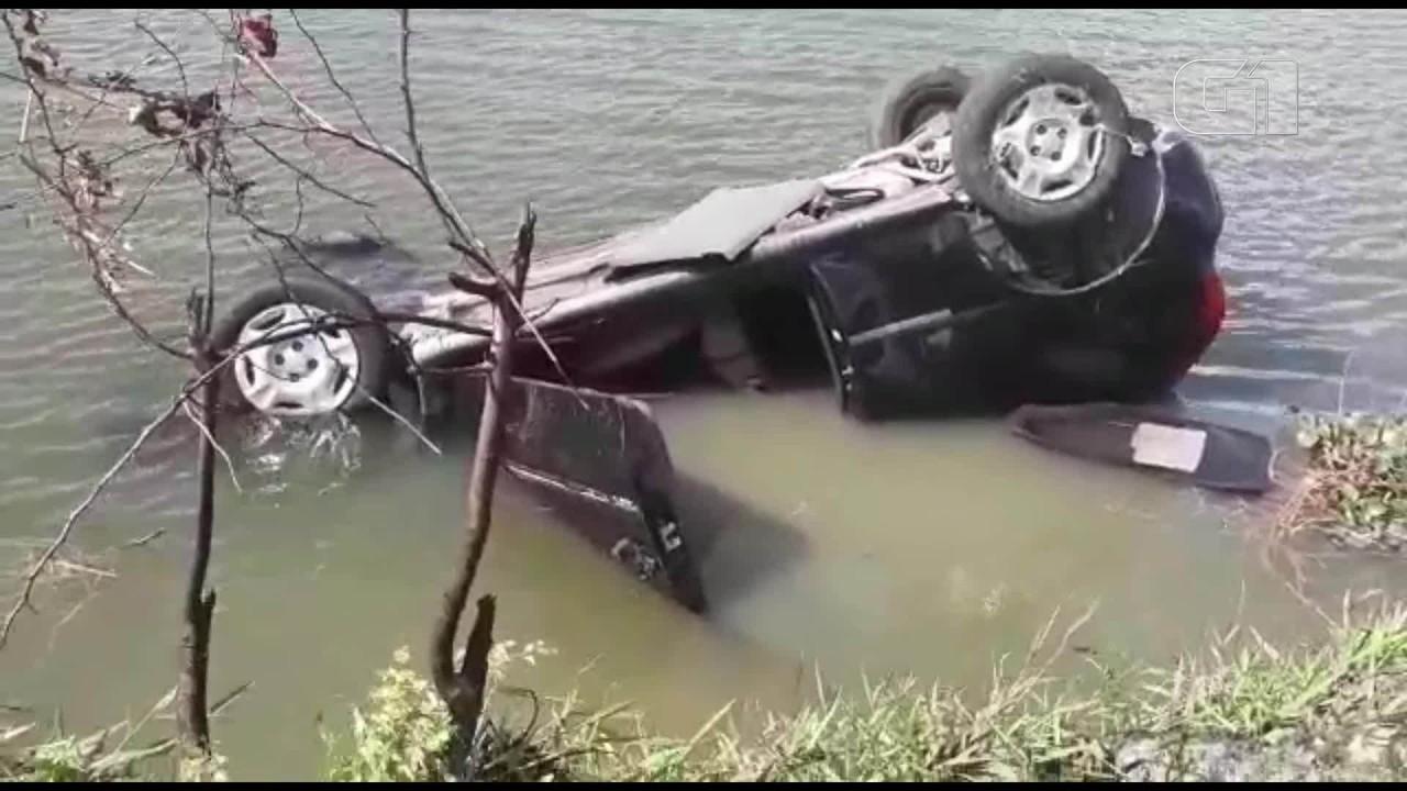 Carro capota várias vezes e cai em lagoa no Bairro José Walter, em Fortaleza.