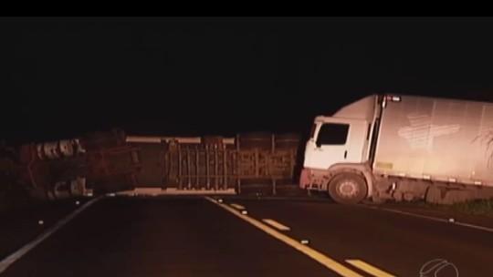 Após acidente com carreta, trânsito é liberado na BR-365 em Guimarânia