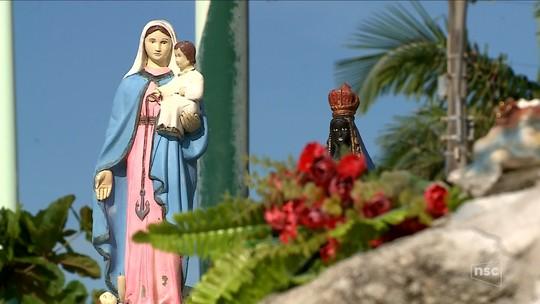 Santuário à beira do mar atrai fiéis e curiosos em praia de Itapema