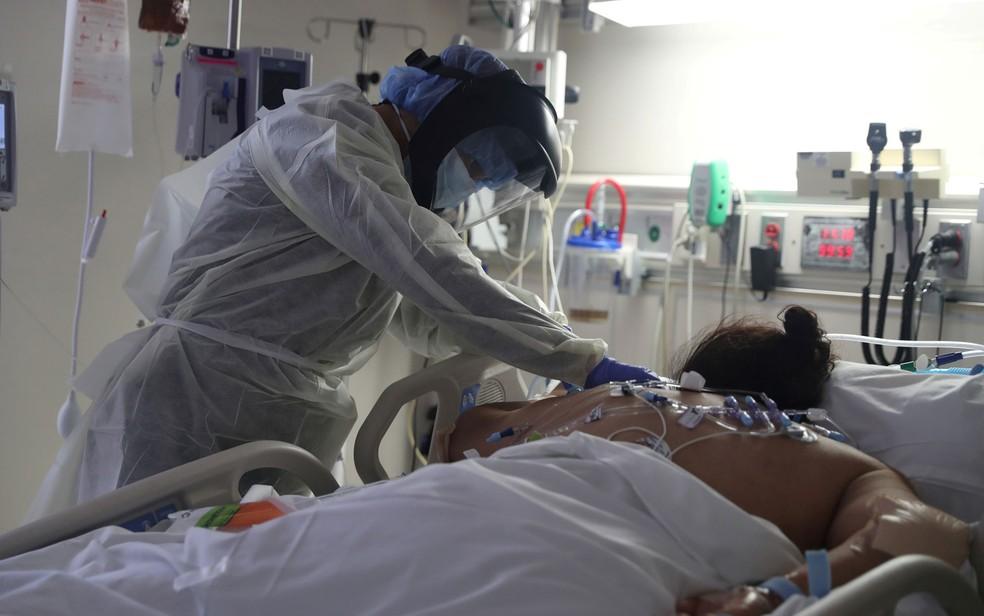 Médico cuida de paciente com Covid-19 em UTI do Hospital Scripps Mercy, em Chula Vista, na Califórnia, em 12 de maio — Foto: Reuters/Lucy Nicholson