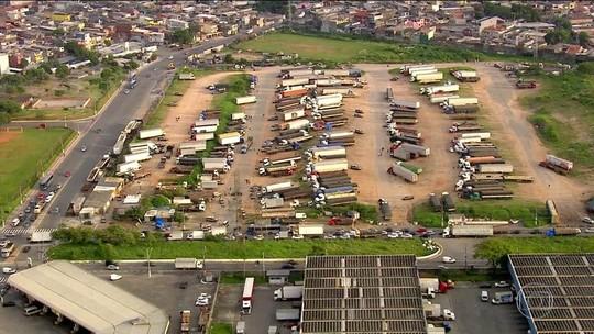 Estacionamento clandestino de caminhões segue funcionando em terreno municipal