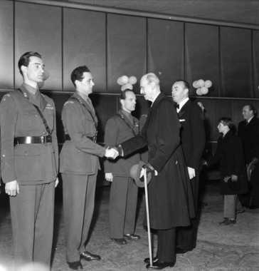 Ronneberg (à esquerda) recebe honrarias do rei da Noruega, Haakon VII (Foto: Wikimedia Commons )