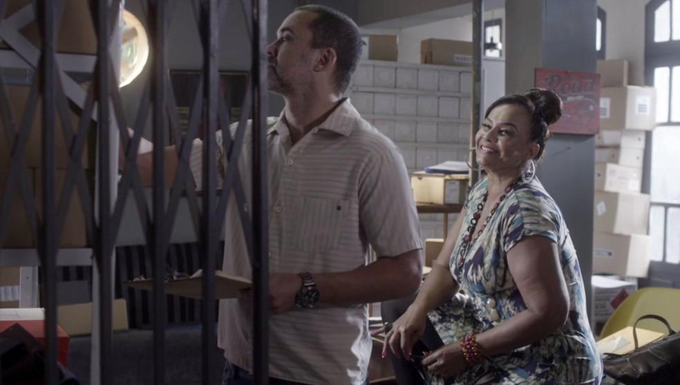 Coronela quer um novo pai para o filho de Waleska — Foto: Globo