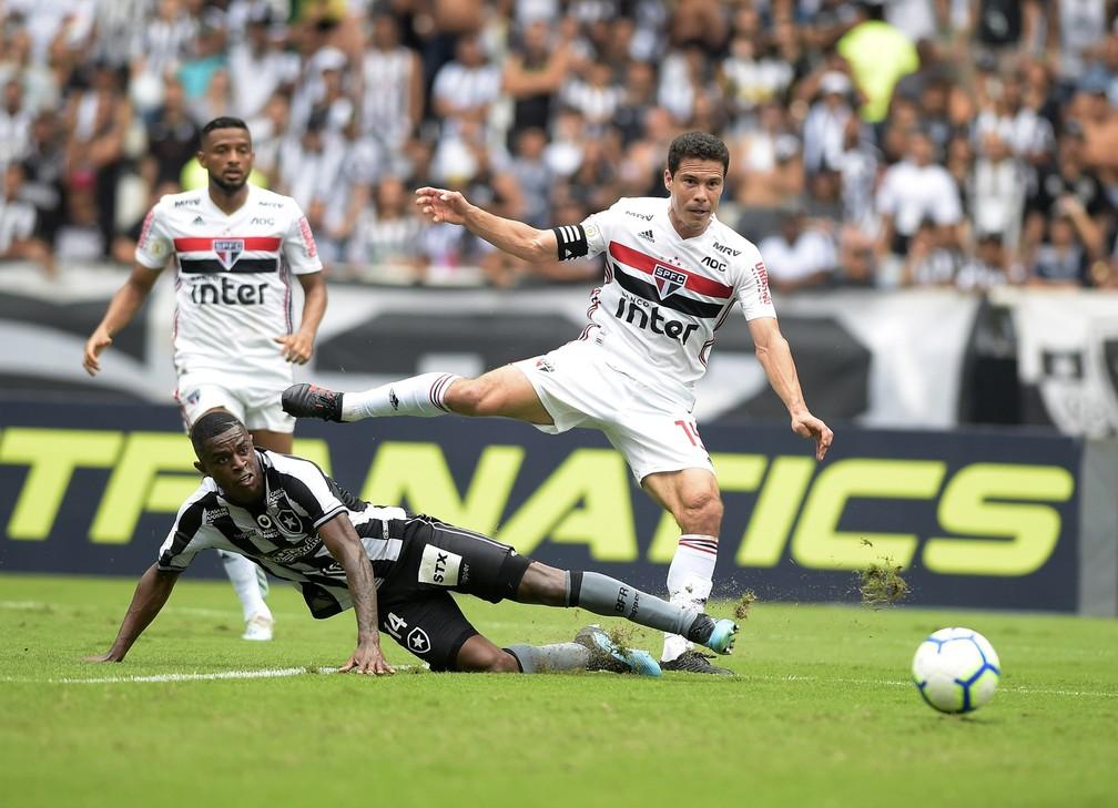 Hernanes marca o primeiro gol do São Paulo contra o Botafogo — Foto: André Durão