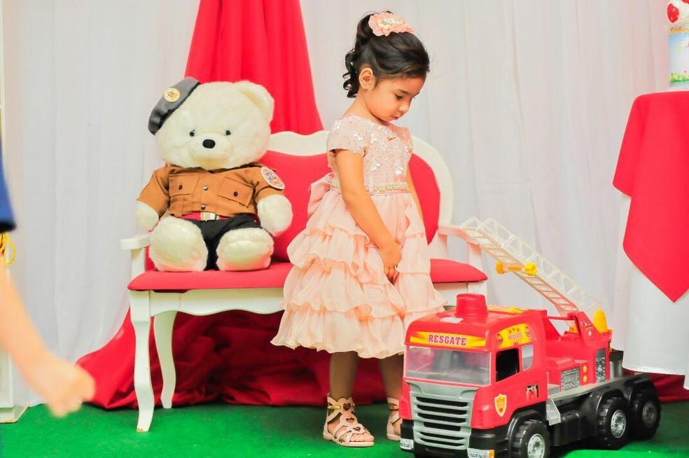 Festa de 3 anos teve também o tema bombeiro escolhido pela menina (Foto: Ana Carla/Arquivo Pessoal)