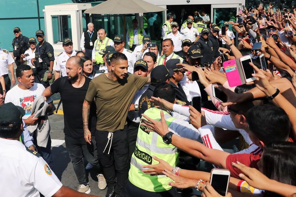Guerrero recebe calor do povo peruano em chegada a Lima, tratamento da FPF foi diferente (Foto: Reuters)