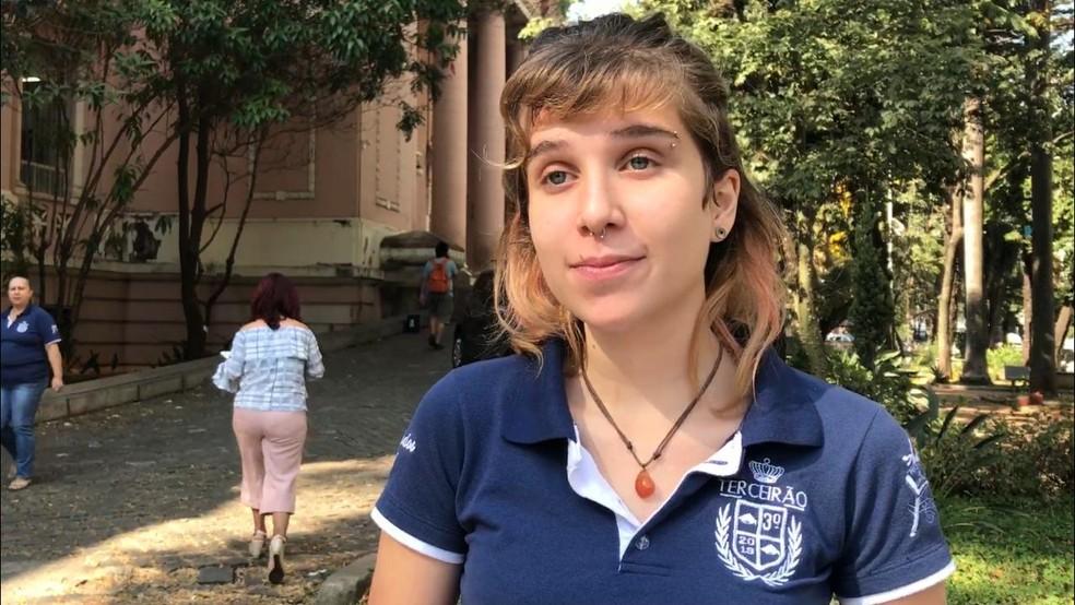 A estudante Ana Neuenschwander vai prestar o Enem neste ano e teme impactos da fusão de turmas — Foto: Raquel Freitas/G1