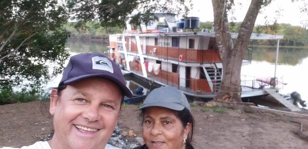Irene Alves e Valdecir Francisco, donos do barco hotel 'Kaiman' — Foto: Irene Alves/arquivo pessoal