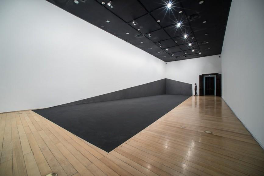 Colapso da Onda, 2014, Pó de grafite sobre parede e chão, 140 m², vista da exposição no Centro Cultural Banco do Brasil - RJ (Foto: Reprodução/raquelarnaud)