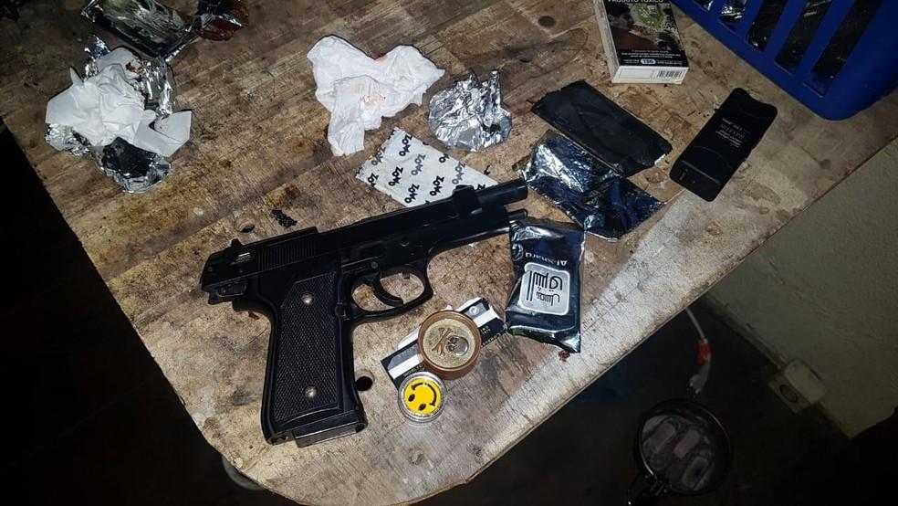 Arma de mentira foi encontrada com os suspeitos — Foto: Polícia Civil/Divulgação