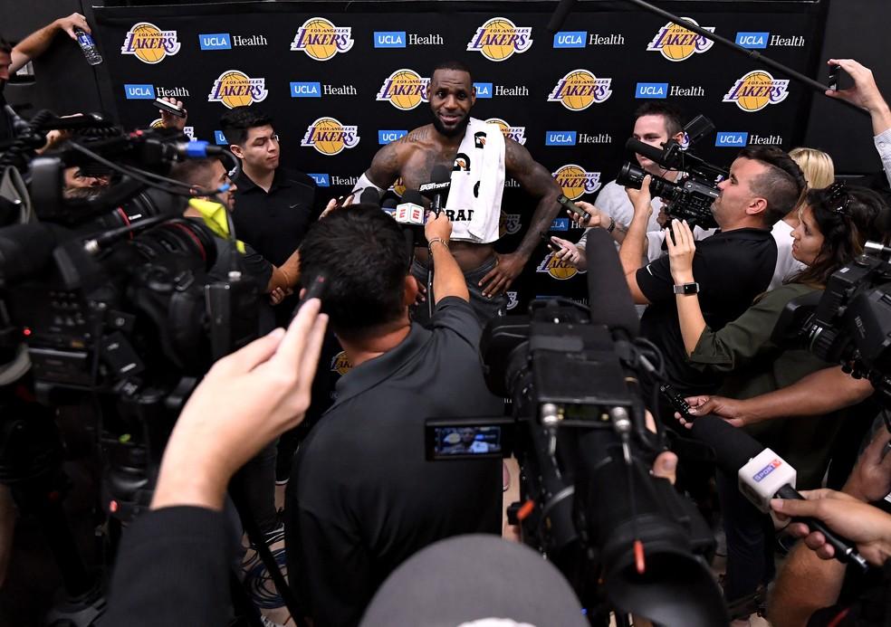 LeBron James é entrevistado após treino dos Lakers — Foto: Harry How/Getty Images