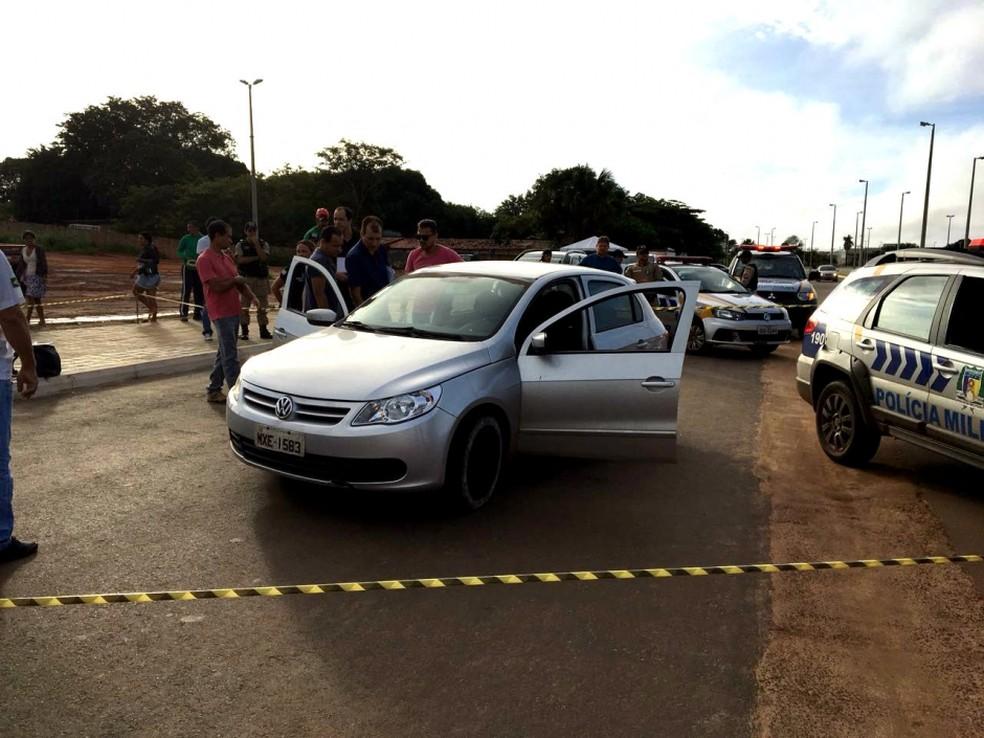 Corpo foi encontrado dentro de carro em avenida de Araguaína (Foto: Portal O Norte/Divulgação)