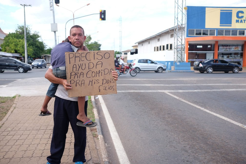Jorge Figueroa, de 40 anos, pede dinheiro em semáforos cinco vezes por semana. Ele mora em Boa Vista com os três filhos pequenos, mas não consegue emprego fixo (Foto: Inaê Brandão/G1 RR)