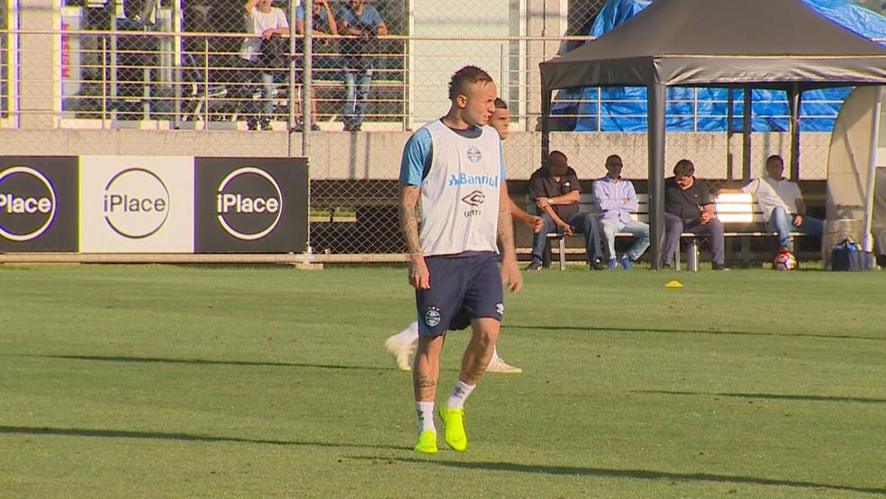 Everton treinou com bola no domingo e vai para o jogo — Foto: Reprodução/RBS TV
