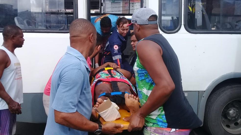 Segundo testemunhas, motorista do ônibus não viu o quebra-molas — Foto: Cid Vaz/TV Bahia