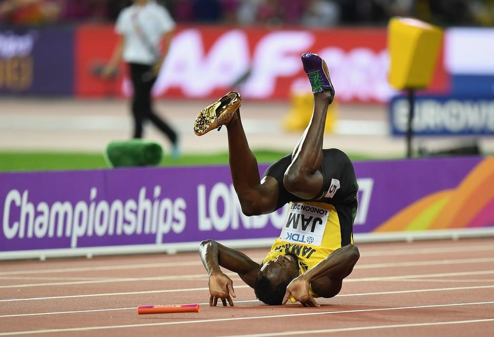 Usain Bolt deu uma cambalhota enquanto ainda tentava continuar mesmo com dores (Foto: Matthias Hangst/Getty Images)