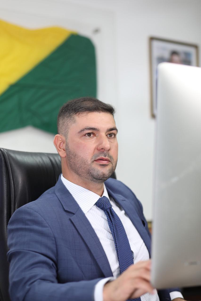 Após votação ser antecipada, deputado Nicolau Júnior é reeleito presidente da Aleac por mais 2 anos